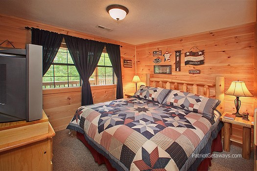 king bedroom on main level at patriot pointe a 5 bedroom cabin rental located in pigeon forge