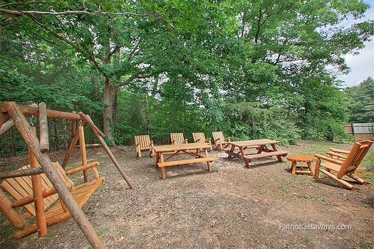 picnic area at patriot pointe a 5 bedroom cabin rental located in pigeon forge