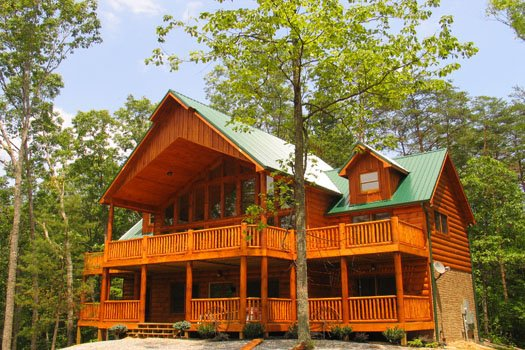 exterior front view at true grit a 5 bedroom cabin rental located in pigeon forge
