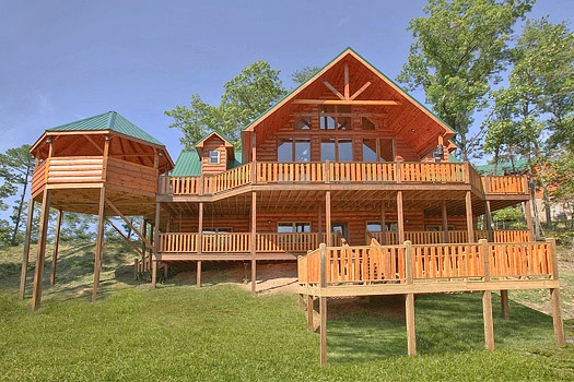 exterior front view at rainbow's end a 4 bedroom cabin rental located in pigeon forge