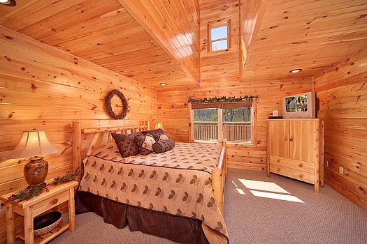 king bedroom on main level at rainbow's end a 4 bedroom cabin rental located in pigeon forge