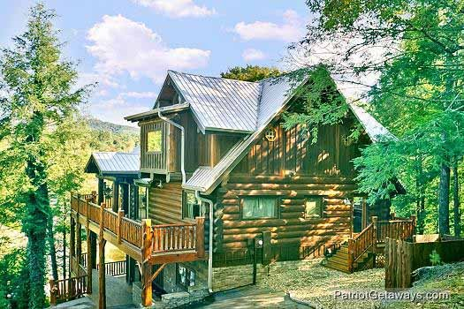 exterior front view at waters edge lodge a 4 bedroom cabin rental located in gatlinburg