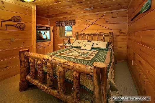 log queen bed in main level bedroom at waters edge lodge a 4 bedroom cabin rental located in gatlinburg