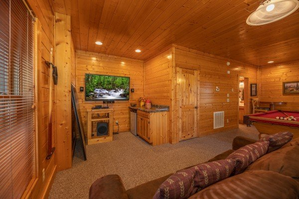 Second living room with TV and wet bar at Rocky Top Retreat, a 2 bedroom cabin rental located in Pigeon Forge