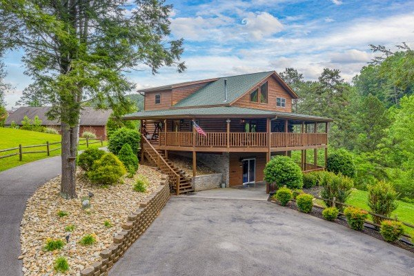 Driveway and cabin at Almost Bearadise, a 4 bedroom cabin rental located in Pigeon Forge
