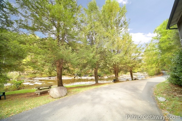 driveway at dolly's adorable river cottage a 3 bedroom cabin rental located in pigeon forge