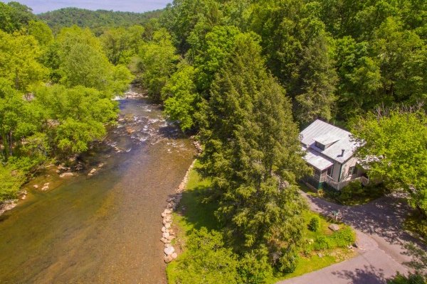 Dolly's Adorable River Cottage, a 3 bedroom cabin rental located in Pigeon Forge