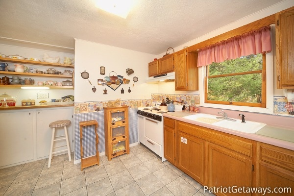 kitchen at dolly's adorable river cottage a 3 bedroom cabin rental located in pigeon forge