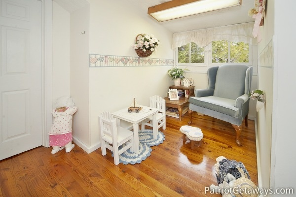 Reading nook on second floor of Dolly's Adorable River Cottage, a 3-bedroom cabin rental located in Pigeon Forge