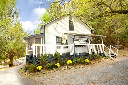 Parking by front door of Dolly's Adorable River Cottage, a 3-bedroom cabin rental located in Pigeon Forge