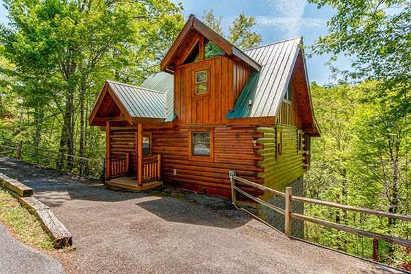 Flat parking and exterior view of the entrance at Dancing Bearfoot, a 2-bedroom cabin rental located in Pigeon Forge
