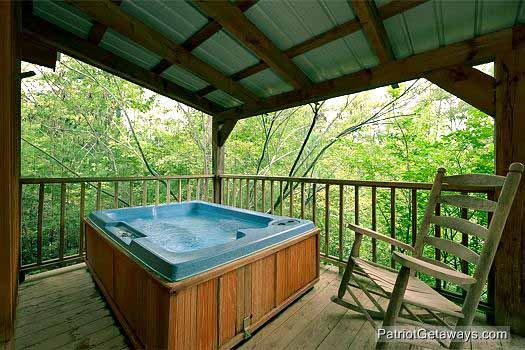 hot tub at i do a 1 bedroom cabin rental located in pigeon forge