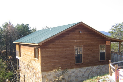 log cabin side angle view at bear heaven a 1 bedroom cabin rental located in pigeon forge