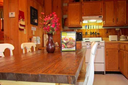 eat in kitchen at smoky mountain romance a 1 bedroom cabin rental located in pigeon forge