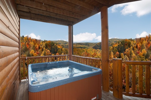 hot tub at lookout lodge a 4 bedroom cabin rental located in pigeon forge