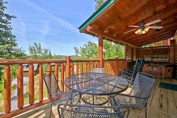 outdoor dining for four at an elegant moose a 2 bedroom cabin rental located in pigeon forge