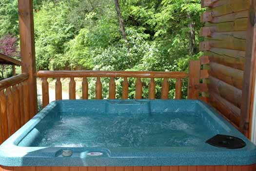 hot tub at alpine sondance a 2 bedroom cabin rental located in pigeon forge