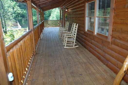rocking chars on deck at alpine sondance a 2 bedroom cabin rental located in pigeon forge