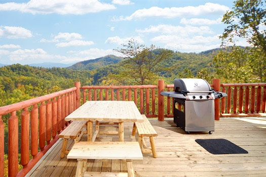 picnic table and grill at mountain wonderland a 3 bedroom cabin rental located in pigeon forge