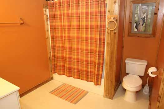 first floor bath at sweet dreams lodge a 3 bedroom cabin rental located in pigeon forge