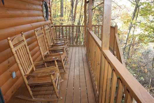 front porch rockers at sweet dreams lodge a 3 bedroom cabin rental located in pigeon forge