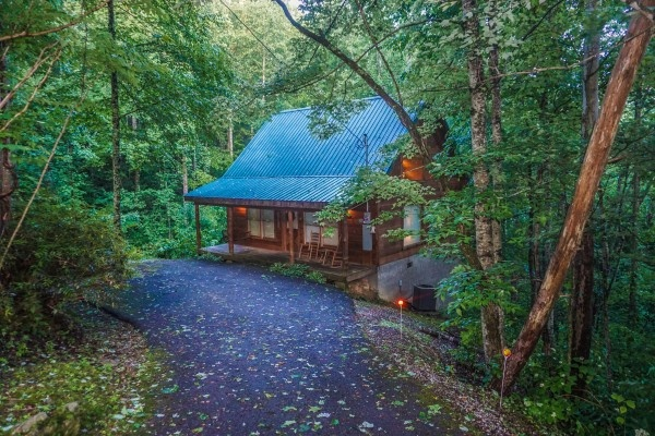 Exterior and driveway at Denim Blues, a 1-bedroom cabin rental located in Gatlinburg