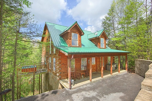 exterior front view at trapper's trace a 2 bedroom cabin rental located in gatlinburg