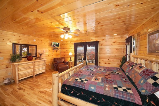 master bedroom at big sky lodge a 3 bedroom cabin rental located in gatlinburg