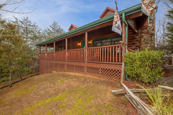 Yard and cabin at Pigeon Forge Pleasures, a 3 bedroom cabin rental located in Pigeon Forge
