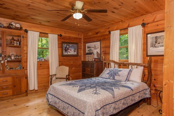 Queen sized bed at Aw Paw's Place, a 1-bedroom cabin rental located in Pigeon Forge