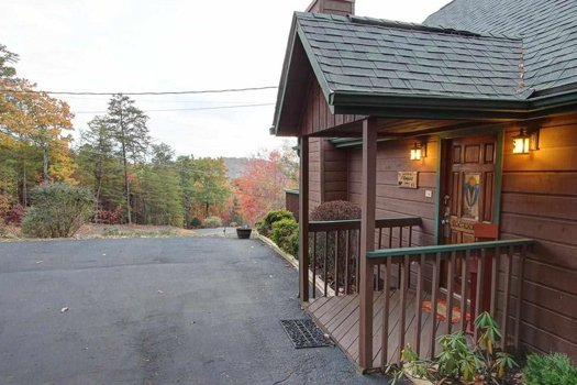 Side view of the front entry at Maple Top in the Smokies, a 3 bedroom cabin rental located in Pigeon Forge