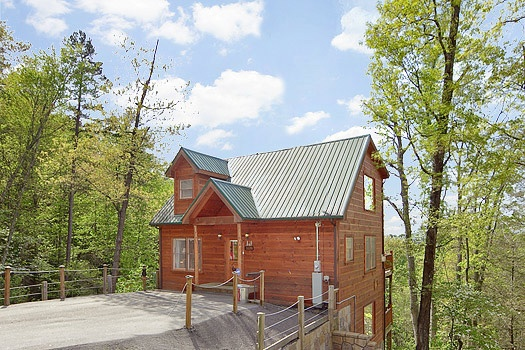 A three-floored log home named Bearly Makin' it, a 1-bedroom cabin rental located in Gatlinburg