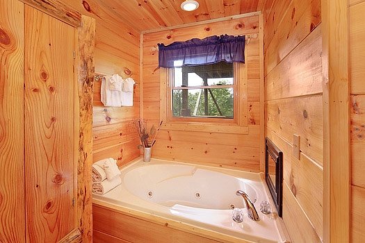 jacuzzi tub in the main floor bedroom at bearly makin' it a 1 bedroom cabin rental located in gatlinburg