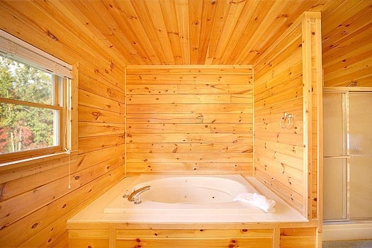 main level jacuzzi tub at mountain spirit a 4 bedroom cabin rental located in pigeon forge