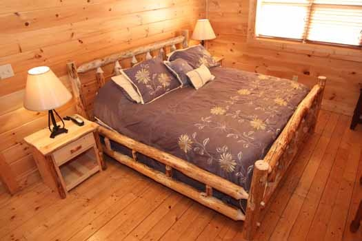 king sized log bed at starry starry night a 2 bedroom cabin rental located in pigeon forge