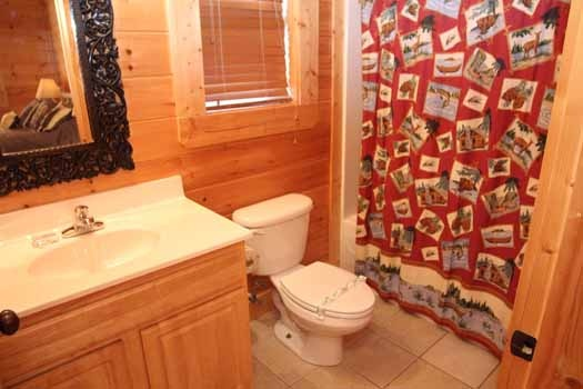 second floor ensuite bath at starry starry night a 2 bedroom cabin rental located in pigeon forge