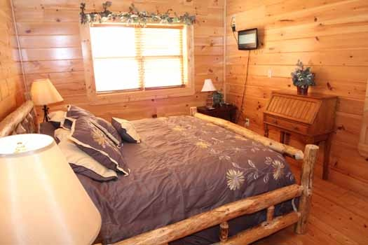 second floor king bedroom at starry starry night a 2 bedroom cabin rental located in pigeon forge
