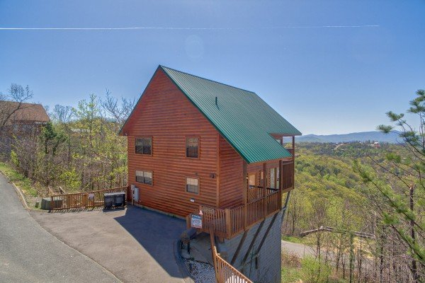 exterior view with flat paved parking at all that jazz a 1 bedroom cabin rental located in pigeon forge