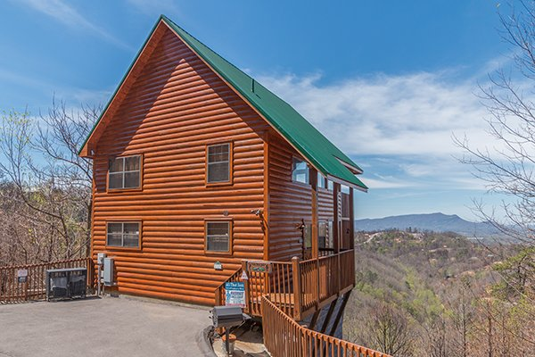 cabin exterior with paved flat parking at all that jazz a 1 bedroom cabin rental located in pigeon forge