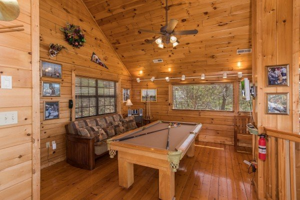 game room in the loft at all that jazz a 1 bedroom cabin rental located in pigeon forge