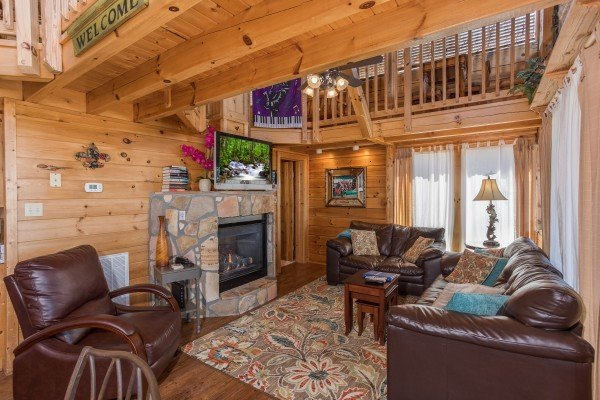 couch loveseat recliner and fireplace at all that jazz a 1 bedroom cabin rental located in pigeon forge