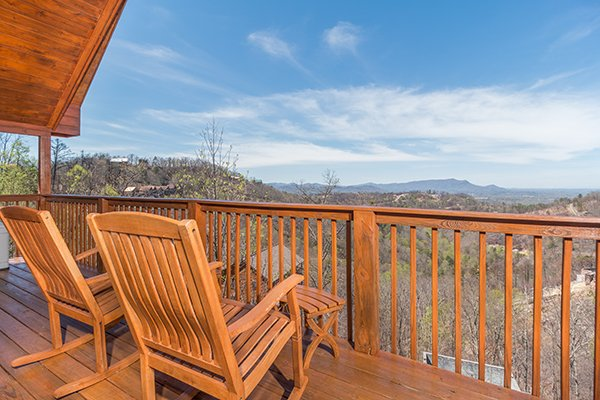 rocking chairs on a deck looking at mountains at all that jazz a 1 bedroom cabin rental located in pigeon forge