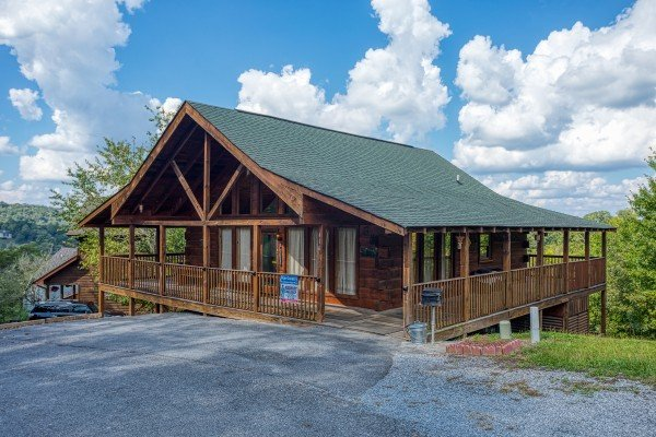 Flat parking and the main entrance at Bear Country, a 3-bedroom cabin rental located in Pigeon Forge