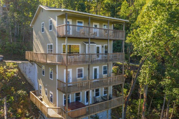 Le Bear Chalet, a 7 bedroom cabin rental located in Gatlinburg