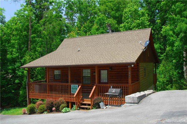driveway and front view at a beary cozy escape a 1 bedroom cabin rental located in pigeon forge