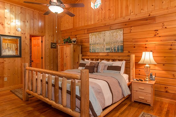 king log bed at a beary cozy escape a 1 bedroom cabin rental located in pigeon forge