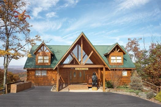 Large paved parking area at entrance of Big Bear Lodge, a 7-bedroom cabin rental located in Gatlinburg