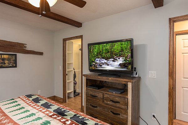 Bedroom with a tv and dresser at Kabbe Bear Cabin, a 1 bedroom cabin rental located in Gatlinburg