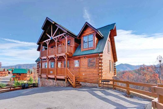 Paved parking in front of Grand Timber Lodge, a 5-bedroom cabin rental located in Pigeon Forge