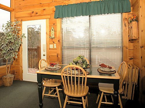 dining table at mountain mist a 1 bedroom cabin rental located in pigeon forge